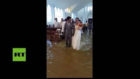Una boda pasada por agua: se casan en una iglesia inundada