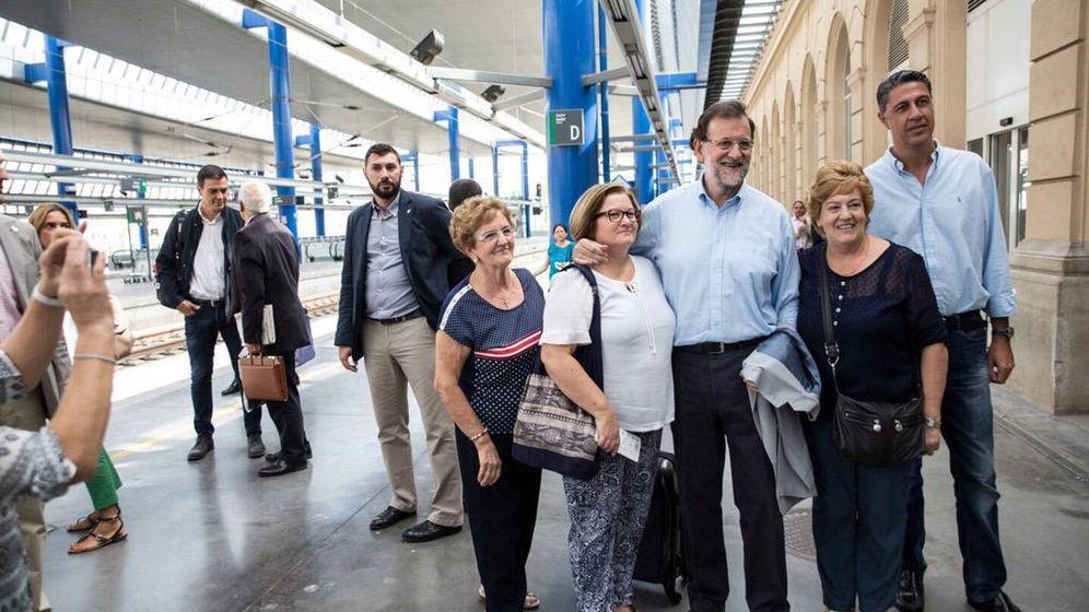 Foto: Mariano Rajoy y Xavier García Albiol -con Pedro Sánchez unos pasos por detrás-, en la estación del AVE de Lérida. (EFE)