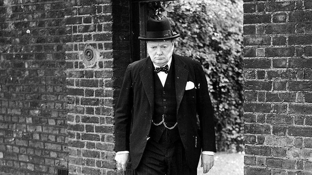 Foto: Churchill sale de una reunión del gabinete británico en mayo de 1940.