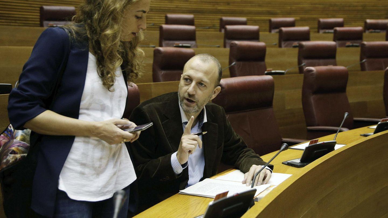 Carolina Punset, con su marido, en las Cortes Valencianas. (EFE)