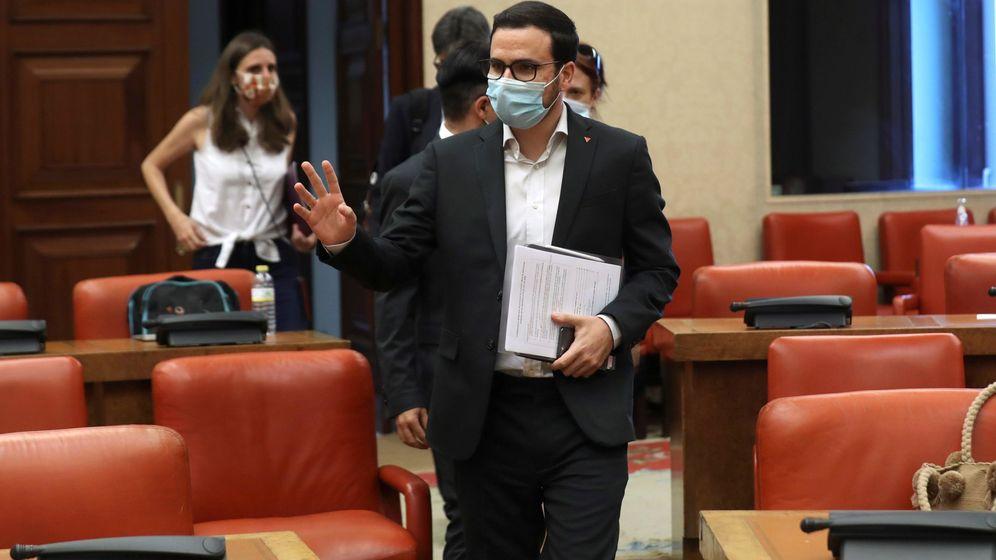 Foto: El ministro de Consumo, Alberto Garzón, a su llegada a una sesión de la Comisión Mixta para el Estudio de los Problemas de las Adicciones. (EFE)