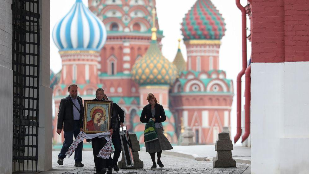 Foto: Un hombre muestra un icono religioso en Moscú. (Reuters)