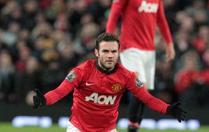 Buen debut de Mata en Old Trafford, donde la afición ya le considera el 'Salvador'