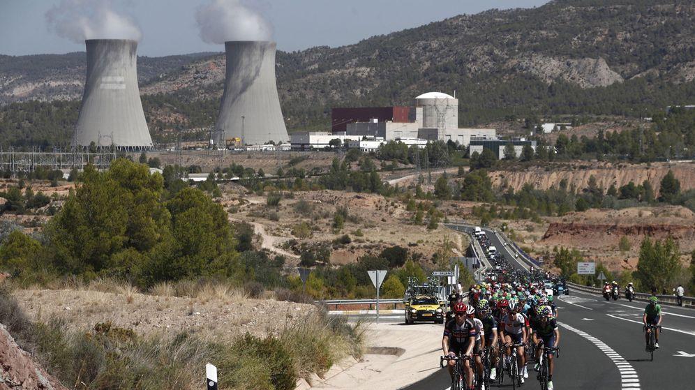 Foto: El pelotón pasa junto a la central nuclear de Cofrentes durante la 18ª etapa de la Vuelta Ciclista a España 2016. (EFE)