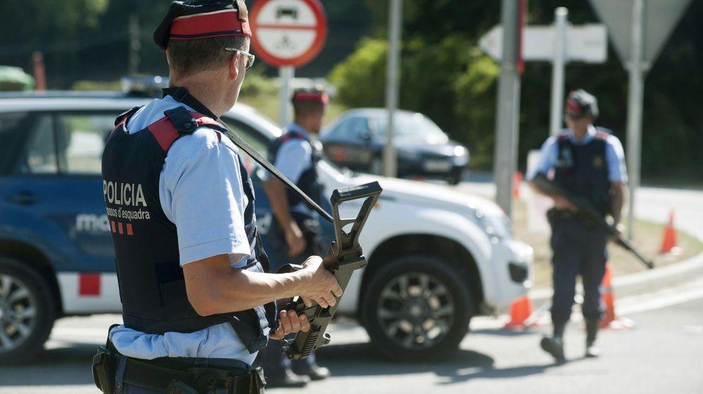 Foto:  Varios agentes de los Mossos d'Esquadra en un control en Ripoll, Girona, tras los atentados. (EFE)