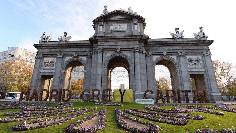 'Capital gris': Greenpeace transforma el lema 'Madrid Green Capital' de Puerta de Alcalá