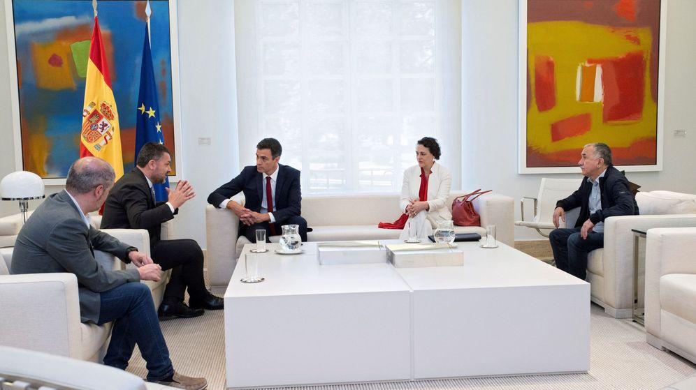 Foto: Pedro Sánchez y Magdalena Valerio, en un encuentro con los líderes sindicales en Moncloa. (EFE)