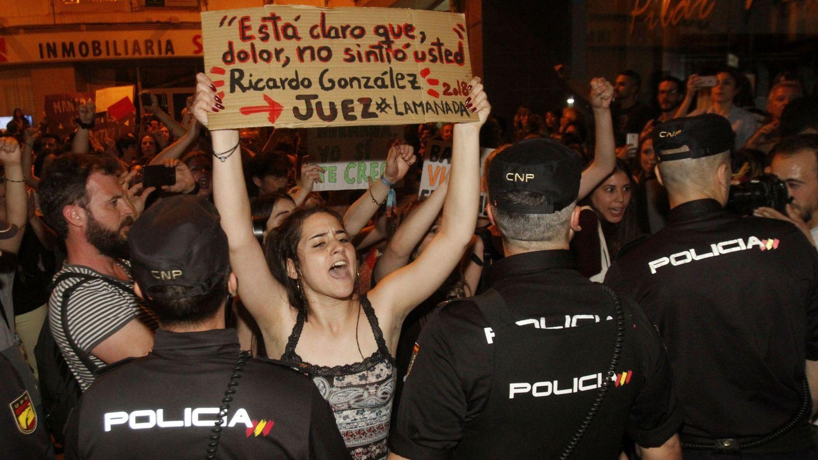 Foto: Una mujer porta un cartel protestando contra el juez del voto particular en la sentencia contra La Manada. (EFE)