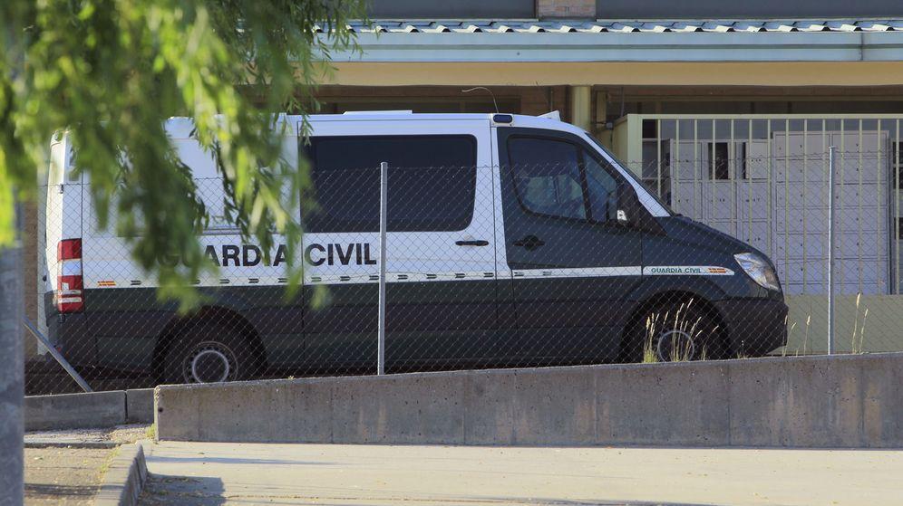 Foto: Furgón policial a las puertas de Soto del Real. (EFE)