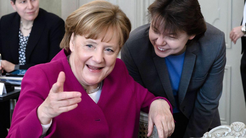 Beate Baumann conversa con Merkel antes del Consejo de Ministros celebrado en el Palacio Meseberg en Gransee, el 11 de abril de 2018. (EFE)