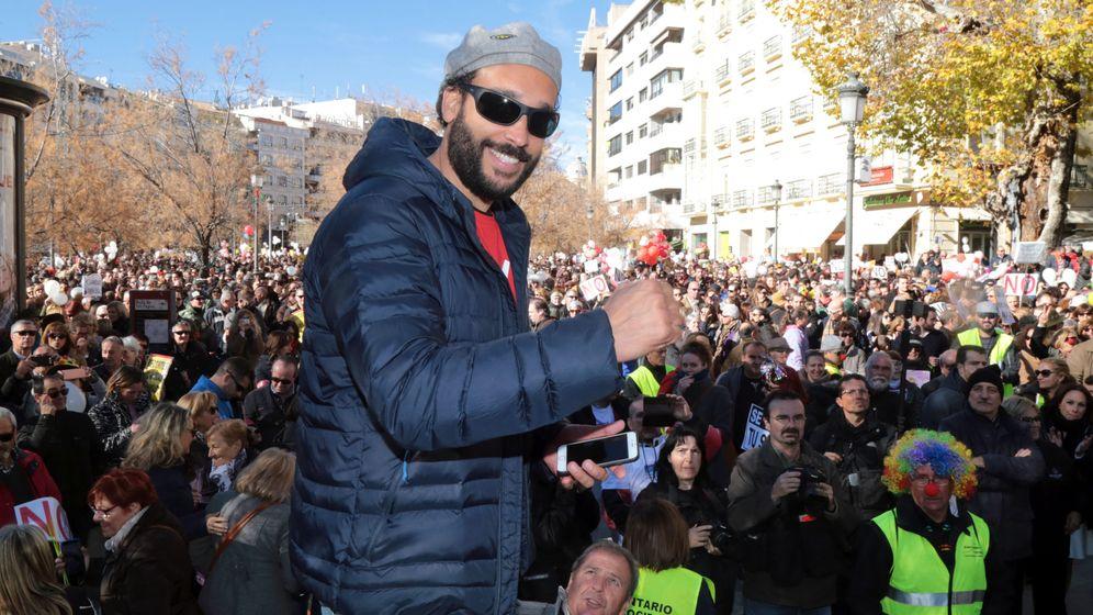 Foto: El doctor Jesús Candel, conocido como 'Spiriman', durante una manifestación. (EFE)