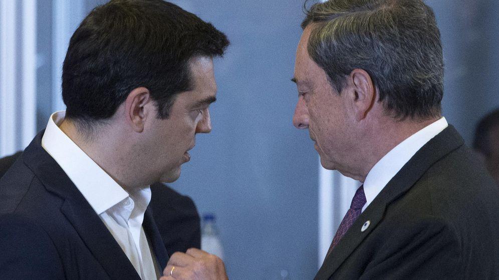 Foto: El primer ministro griego, Alexis Tsipras, y el presidente del BCE, Mario Draghi, en una conversación de este martes en Bruselas. (EFE)