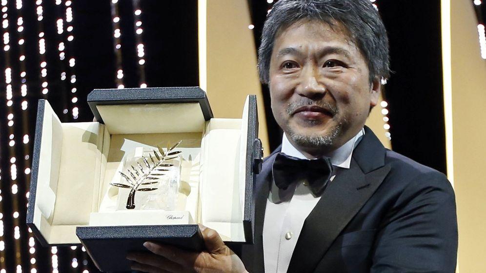 Foto: Hirokazu Kore-eda muestra la Palma de Oro en la 71 edición del Festival de Cannes. (Reuters)