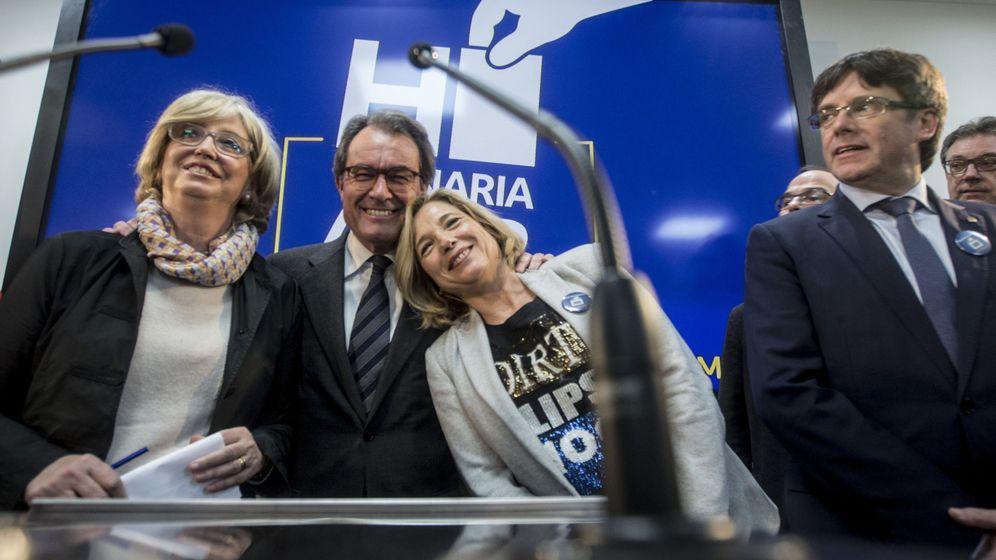 Foto:  El expresidente Artur Mas (2i), la exvicepresidenta Joana Ortega (2 d) y la 'exconsellera' de Enseñanza Irene Rigau (i), junto al presidente de la Generalitat, Carles Puigdemont. (EFE)