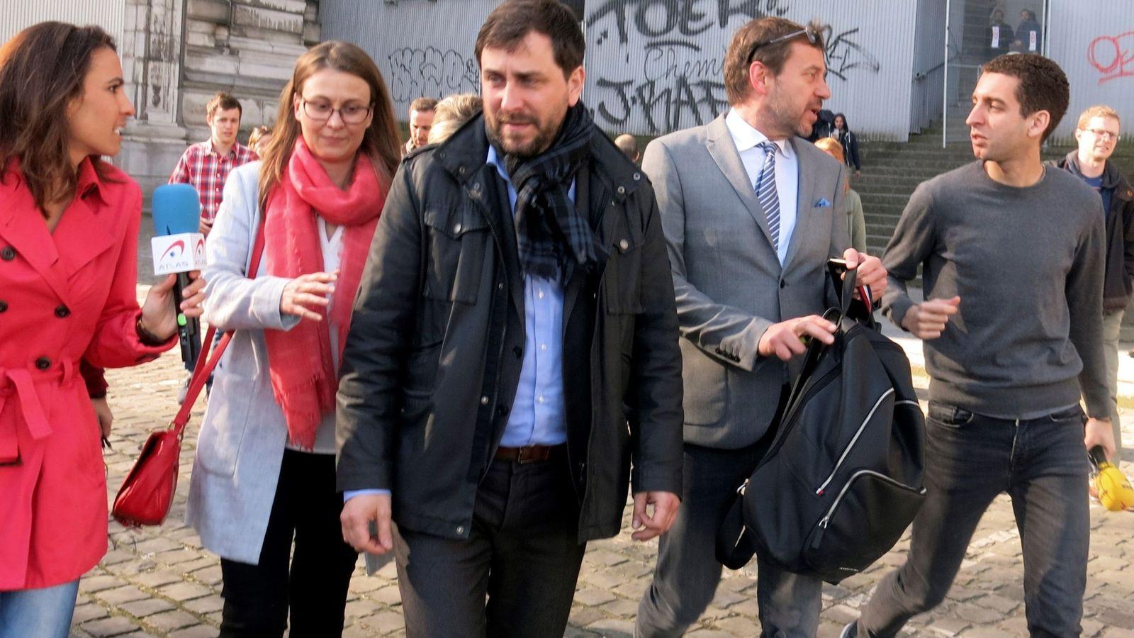 Foto: os ex consellers en Bélgica Meritxell Serret (2d), Toni Comín (c), y el abogado belga Christophe Marchand a la salida del tribunal de primera instancia de Bruselas en abril. (EFE)