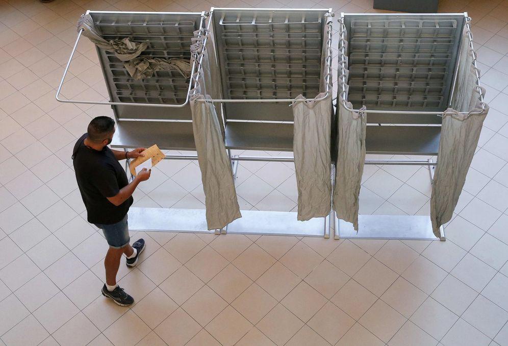 Foto: Un hombre prepara su voto en un colegio electoral de Madrid en las pasadas generales del 26 de junio de 2016. (Reuters)