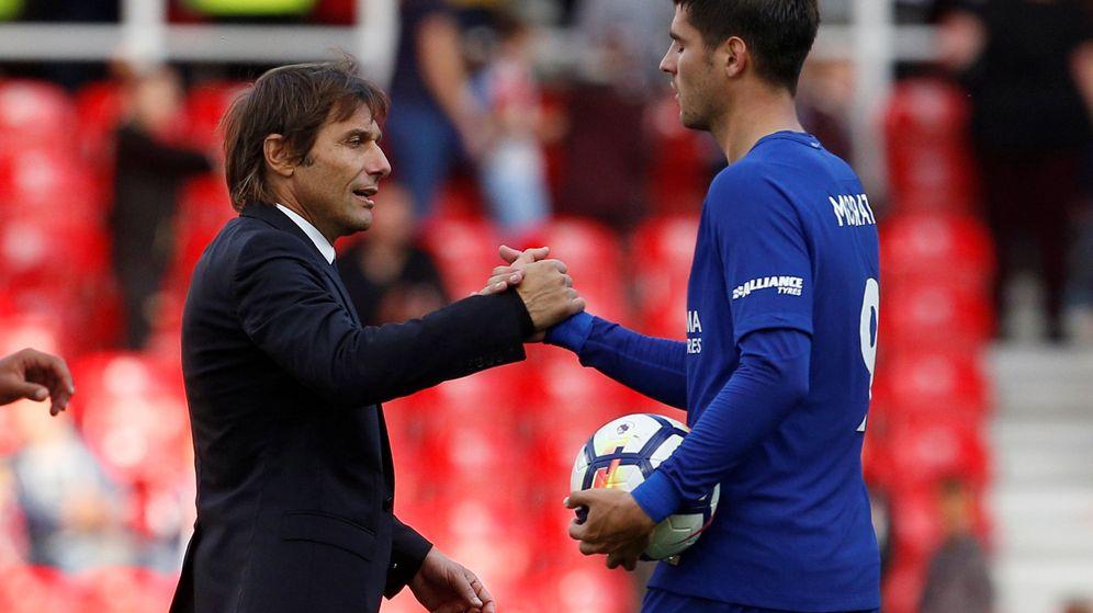 Antonio Conte y Álvaro Morata se saludan tras un partido del Chelsea.