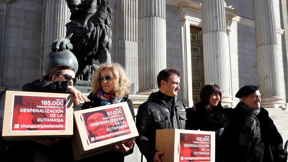 Foto: Entrega de firmas para pedir la despenalización de la eutanasia. (EFE)