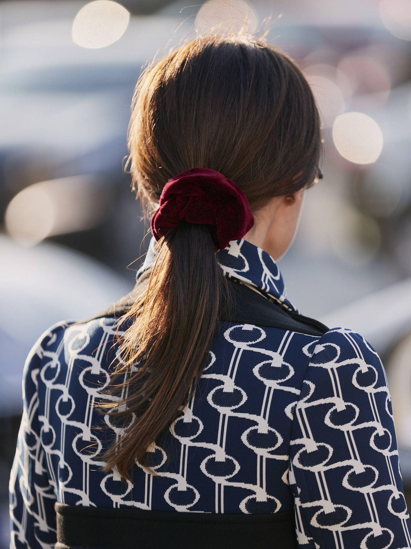 Los scrunchies son otro accesorio estrella de la coleta baja. (Imaxtree)
