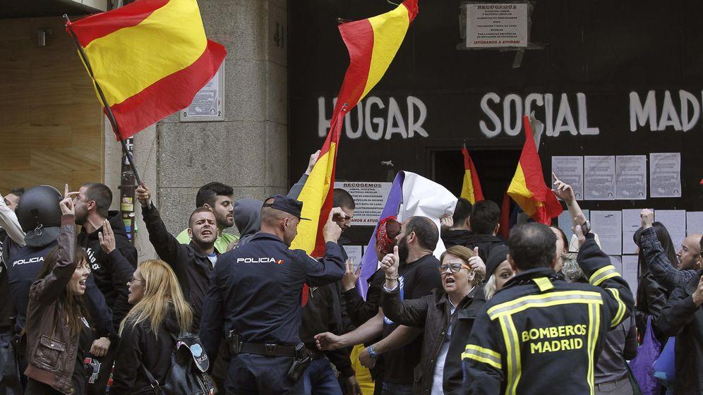 Foto: Agentes de Policía y Bomberos ante el edificio de la calle Bretón de los Herreros, en el distrito madrileño de Chamberí. (EFE)