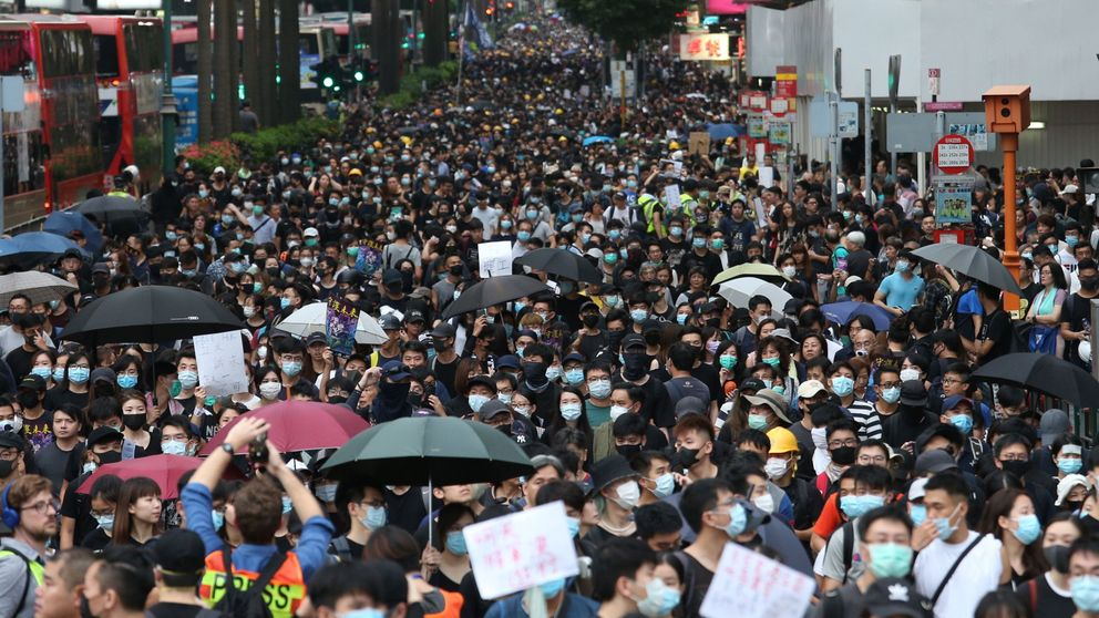 Una nueva marcha masiva en Hong Kong obliga a cerrar tiendas y cortar el tráfico