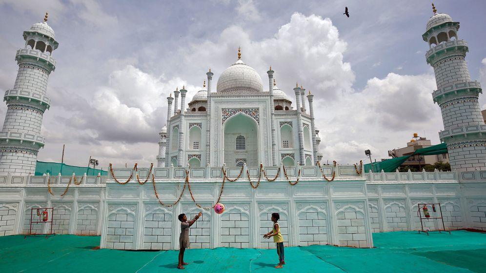 Foto: Niños jugando frente a una réplica del Taj Mahal en Bangalore. (Reuters)
