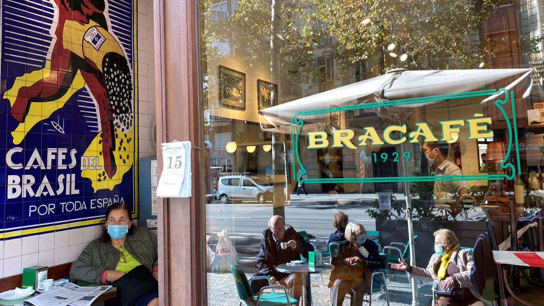 Foto: Varias personas toman café en una terraza en Barcelona. (Reuters)