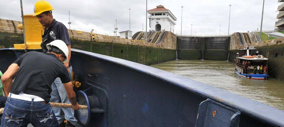 Foto: Empleados trabajan en la esclusa Miraflores en el Canal de Panamá. (EFE)