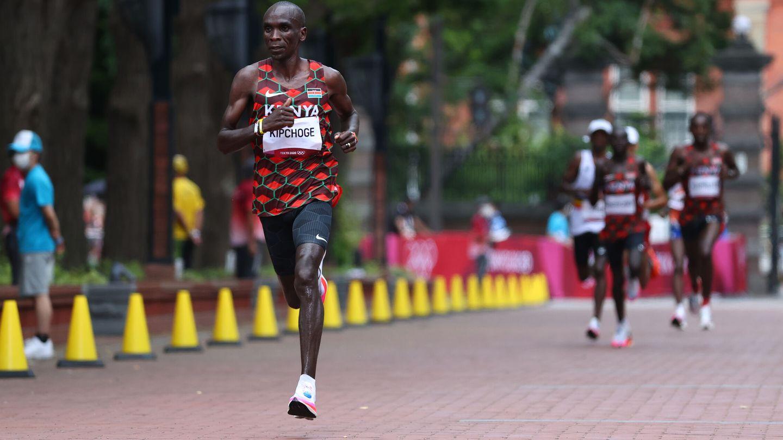 Eliud Kipchoge durante el maratón de Tokio 2020. (Reuters)