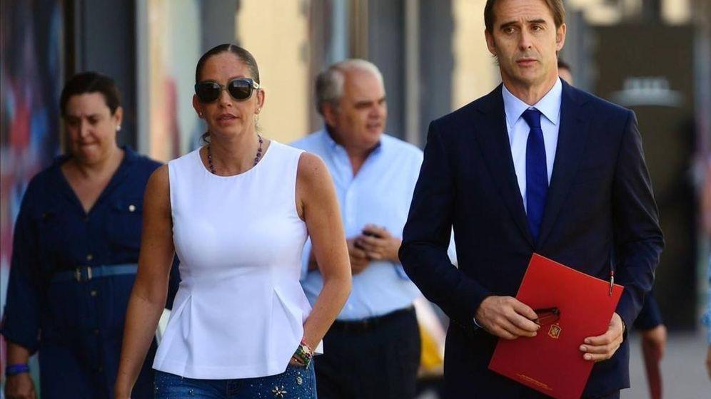 Foto: Julen Lopetegui, con María José Claramunt a su derecha, en la Ciudad del Fútbol de Las Rozas.
