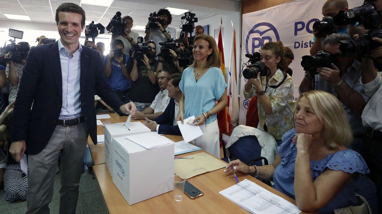 El candidato a la presidencia del PP, Pablo Casado, vota en la agrupación del barrio de Salamanca en Madrid. (EFE)