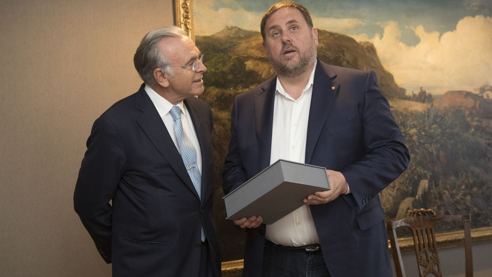Foto: El vicepresidente del Govern y 'conseller' de Economía, Oriol Junqueras (d), y el presidente de la Fundación Bancaria la Caixa, Isidre Fainé. (EFE)