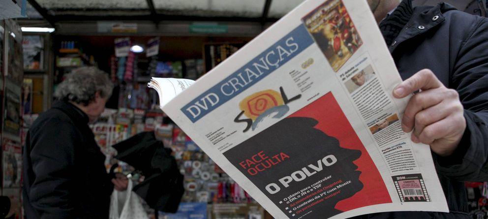 Foto: Un ciudadano portugués lee el semanario 'Sol' en Lisboa, en una imagen de archivo. (EFE)