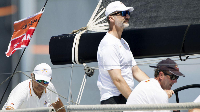 El rey Felipe VI navegando en el Aifos. (EFE)