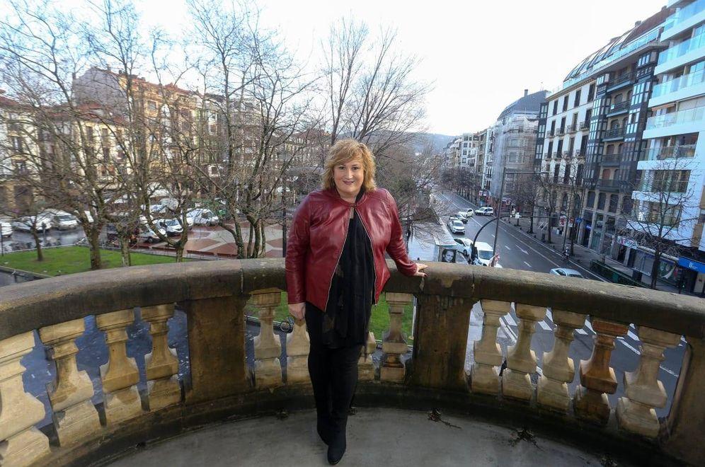 Foto: La edil del PSE de San Sebastián Cristina Lagé posa en uno de los balcones del ayuntamiento. (EC)