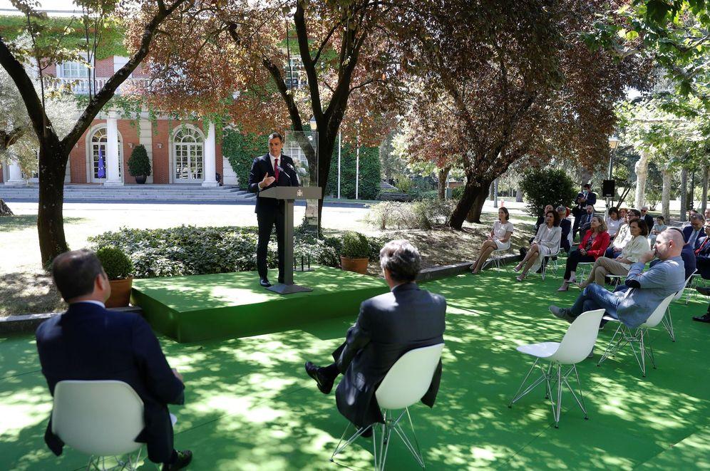 Foto: Pedro Sánchez interviene tras la firma del pacto por la reactivación económica y el empleo, este 3 de julio en los jardines de la Moncloa. (EFE)
