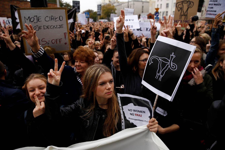 Foto: Polacas durante un protesta contra los planes del Gobierno de prohibir el aborto en cualquier supuesto, en Varsovia, el 3 de octubre de 2016 (Reuters).