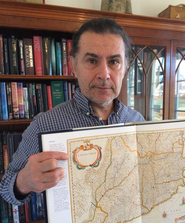 Foto: Joseph H. Falguera posa con un mapa de Cataluña, de donde procede su familia paterna