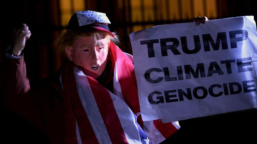 Foto: Un hombre con una máscara de Trump protesta en la embajada estadounidense de Londres. (Reuters)