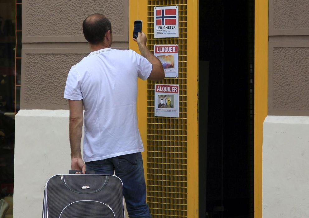 Foto: Un turista se interesa por un apartamento en el barrio de La Barceloneta. (EFE)
