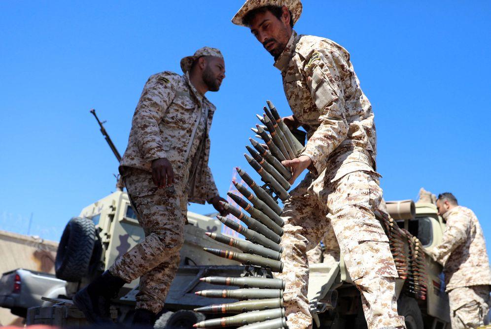 Foto: Un combatiente de las milicias de Misrata antes de partir hacia el frente de Trípoli, en Libia. (Reuters)