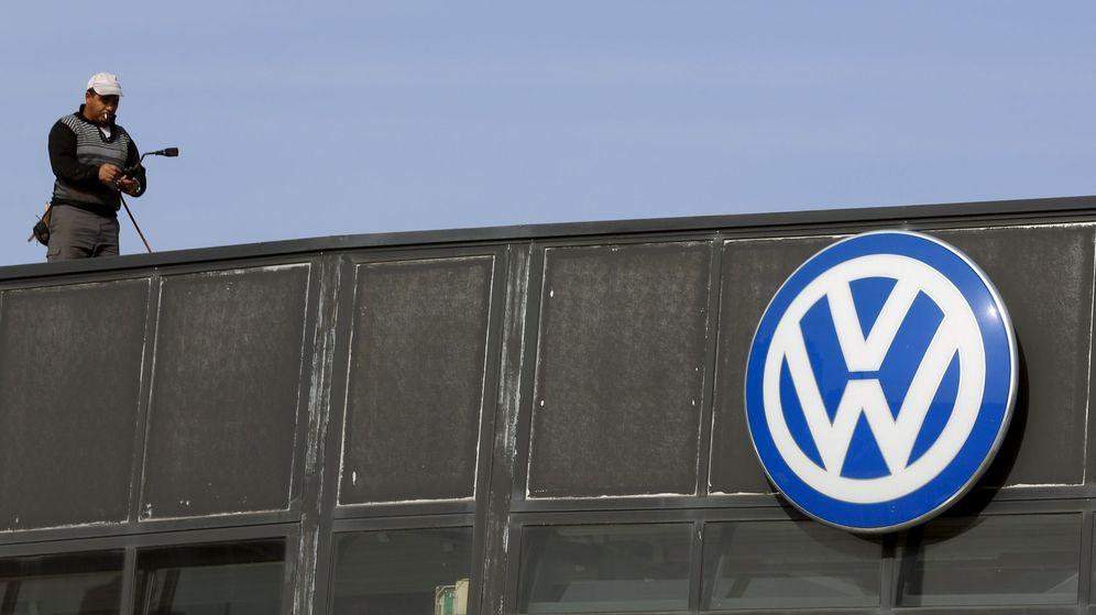Foto: Un trabajador de Volkswagen en la sede de la empresa en Madrid. (Reuters)