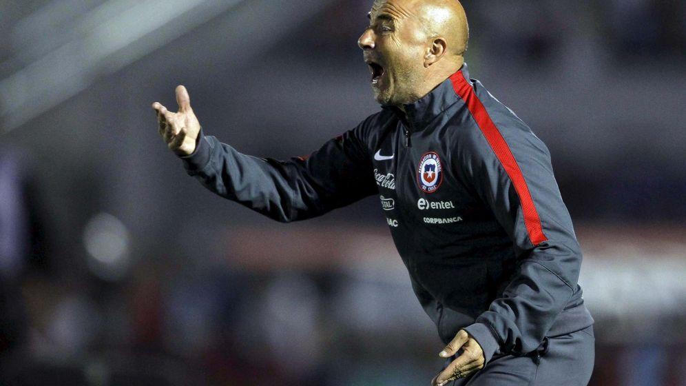 Foto: Sampaoli da instrucciones a sus jugadores durante un partido con la selección chilena (Reuters).