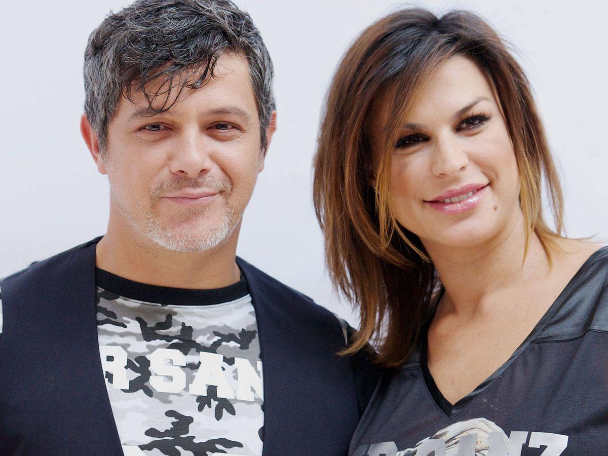 Foto: Alejandro Sanz y Raquel Perera, el día que presentaron sus camisetas solidarias. (Getty)
