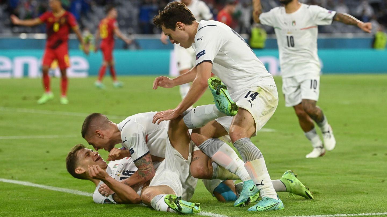 Barella (tumbado en el suelo) está siendo una de las grandes sensaciones de la Eurocopa. (Reuters)