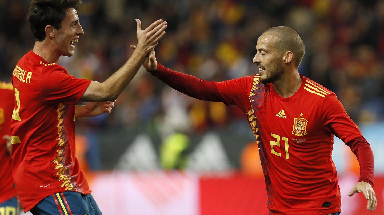Odriozola felicita a Silva por su gol ante Costa Rica en el amistoso disputado por España en Málaga. (EFE)