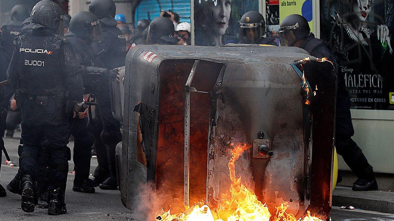 Imagen de un contenedor ardiendo en Vía Laietana. (EFE)