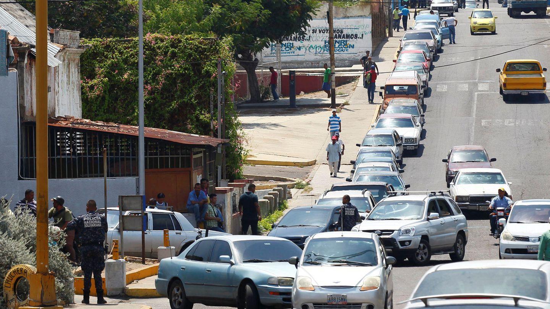 Fila de coches esperando a repostar en el estado Zulia. (Reuters)