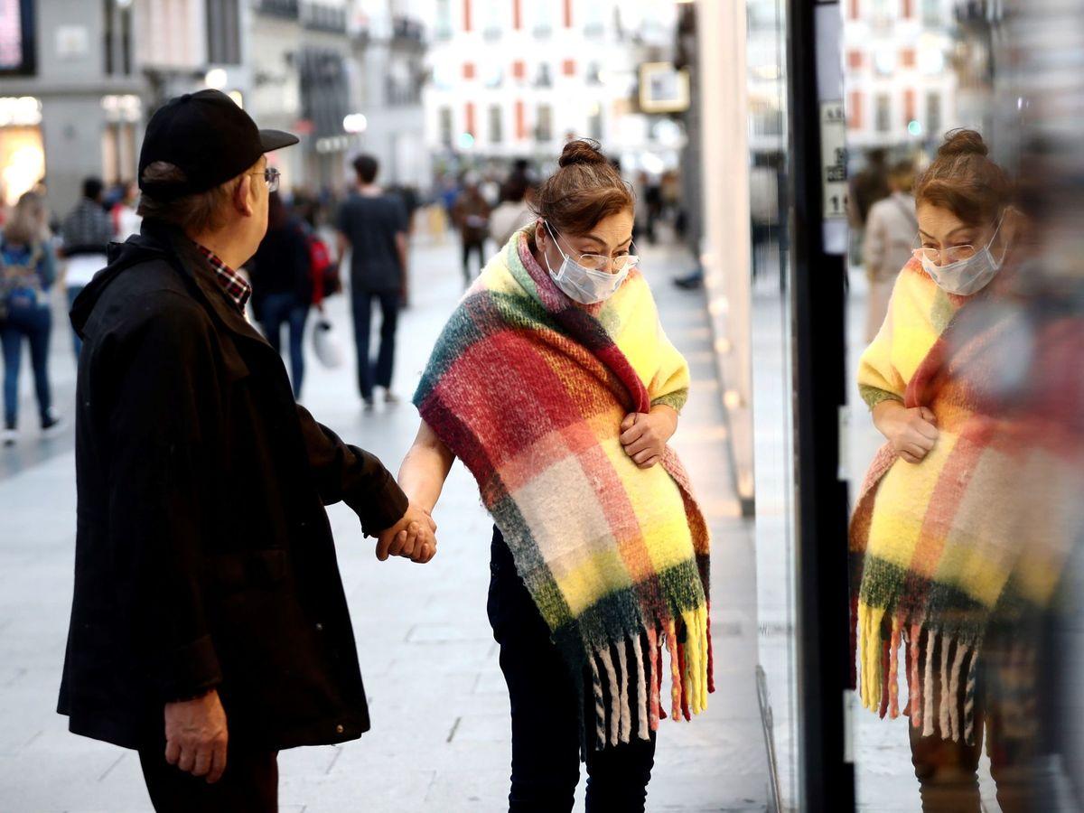 Foto: Una pareja, ante un escaparate en la calle Preciados, en el centro de Madrid. (EFE)