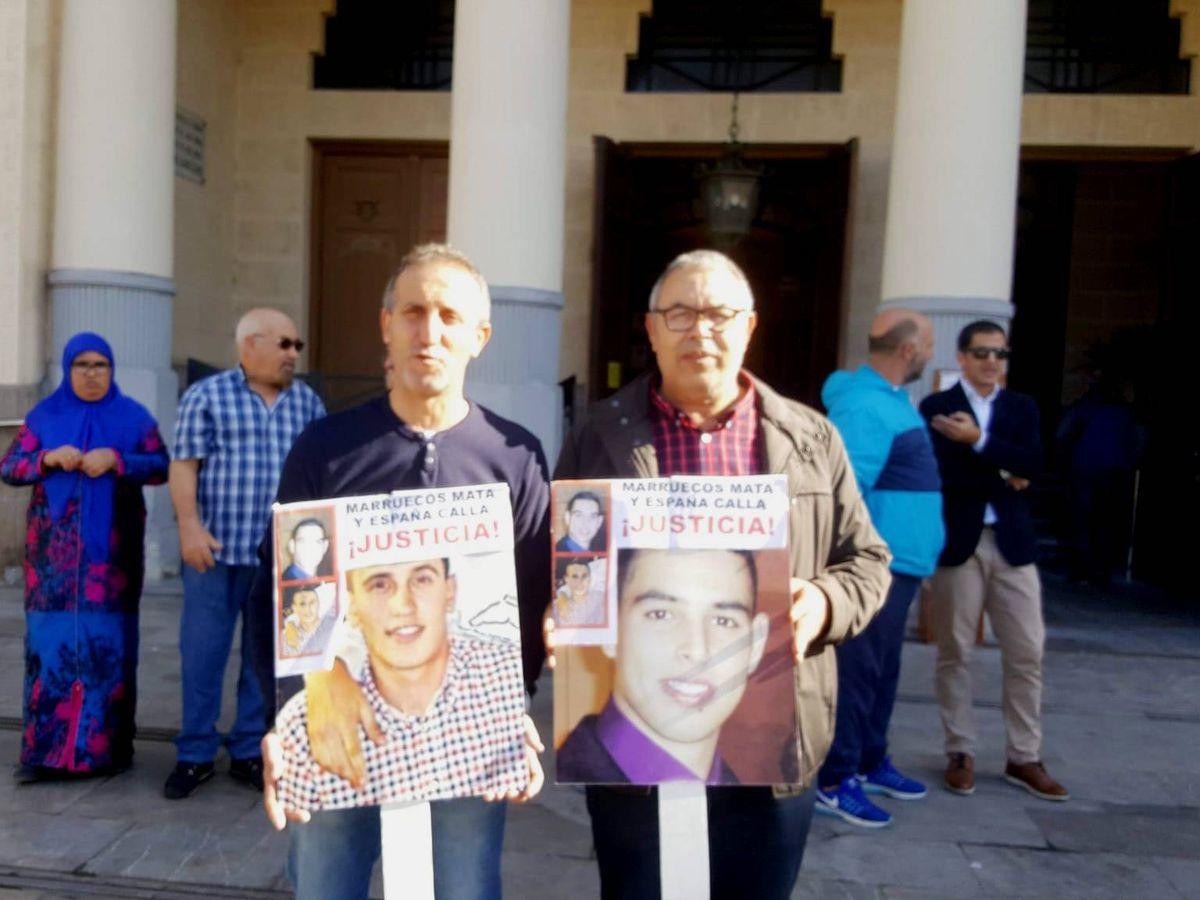 Foto: Concentración organizada en Melilla por los padres de las dos víctimas para pedir que se investigue su asesinato. (Cedida)